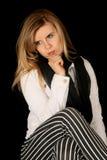 Kvinna som bär svarta randiga flåsanden som sitter handen på att grubbla för haka fotografering för bildbyråer