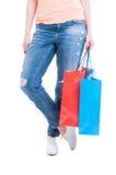 Kvinna som bär tillfällig jeans och stora pappers- shoppingpåsar för innehav Royaltyfri Foto