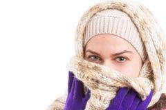 Kvinna som bär varm kläder som täcker hennes mun med den stack halsduken fotografering för bildbyråer