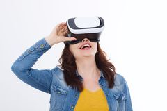 Kvinna som bär VR-hörlurar med mikrofon och ser upp i virtuell verklighetisolat på vit bakgrund white för teknologi för bärbar da royaltyfri fotografi