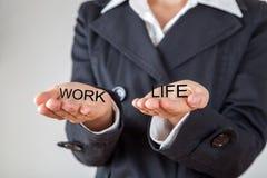 Kvinna som balanserar arbete och privat liv Royaltyfria Foton