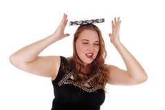 Kvinna som balanserar boken på hennes huvud Arkivbild