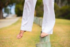Kvinna som balanserar utomhus- kal fot Arkivfoto