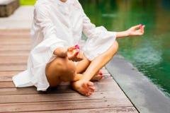 Kvinna som bara mediterar vid pölen Royaltyfri Fotografi