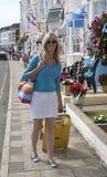 Kvinna som bara reser i sjösidastad royaltyfri fotografi