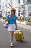 Kvinna som bara reser i sjösidastad royaltyfri bild