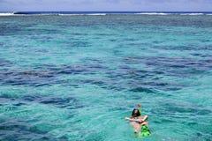 Kvinna som bara snorklar i den Rarotonga kocken Islands royaltyfria bilder