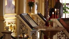 Kvinna som ber i den ortodoxa kyrkan lager videofilmer