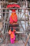 Kvinna som ber i Katmandu royaltyfria bilder