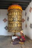 Kvinna som ber, medan rotera det stora bönhjulet Royaltyfri Fotografi