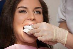 Kvinna som besöker tandläkaren Royaltyfri Bild