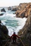 Kvinna som beskådar på klipporna Fotografering för Bildbyråer