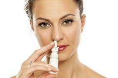 Kvinna som besprutar nasala droppar Royaltyfri Fotografi