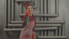 Kvinna som besprutar rengörande tvättmedel på yttersida arkivfilmer