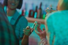 Kvinna som betalar bartendern för coctailar Fotografering för Bildbyråer