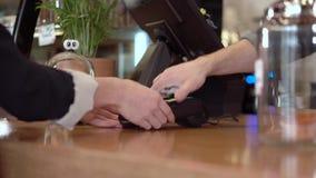 Kvinna som betalar med kreditkorten på lagret arkivfilmer