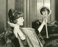 Kvinna som beundrar hennes frisyr arkivfoton