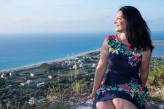 Kvinna som beundrar naturen från överkant Arkivbilder