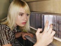 Kvinna som bläddrar i en Music Store Royaltyfria Foton
