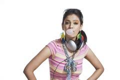 Kvinna som blåser bubbelgum Arkivbild