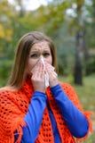 Kvinna som blåser näsan in i silkespapper arkivfoton