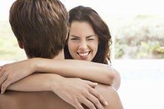 Kvinna som blinkar, medan omfamna mannen Royaltyfria Foton