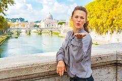 Kvinna som blåser kyssen från ponte umberto I i Rome Arkivfoton