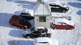 Kvinna som borstar snö från bilen med snöborsten arkivfilmer