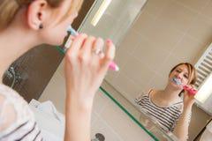 Kvinna som borstar tänder Royaltyfri Foto