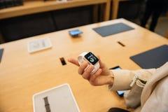Kvinna som bär ny Apple klockaserie 2 Arkivbilder