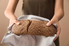 Kvinna som bryter nytt smakligt bröd, closeup arkivfoton