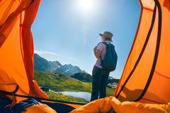 Kvinna som campar i berg Arkivfoto