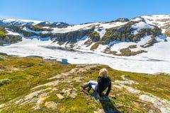 Kvinna som contemplanting den fryste sjön Arkivfoto