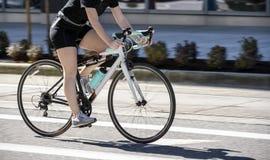 Kvinna som cyklar för att förlora vikt och hålla passformen royaltyfria bilder