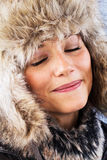 Kvinna som dagdrömmer i vinter Arkivfoto