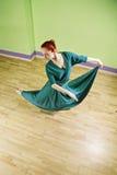 Kvinna som dansar sikt för hög vinkel Royaltyfria Bilder
