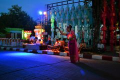 Kvinna som dansar till traditionell musik, Loy Krathong Royaltyfri Bild