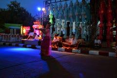 Kvinna som dansar till traditionell musik, Loy Krathong Arkivbild