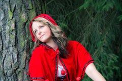 Kvinna som den lilla röda ridninghuven Arkivfoto