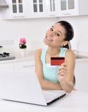 Kvinna som direktanslutet hemma shoppar royaltyfri foto