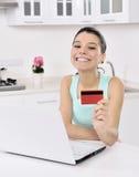 Kvinna som direktanslutet hemma shoppar royaltyfria bilder