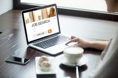 Kvinna som direktanslutet söker för jobb i coffee shop royaltyfri fotografi