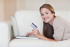 Kvinna som direktanslutet shoppar Fotografering för Bildbyråer