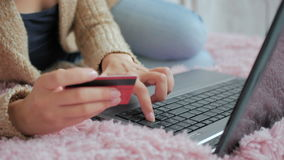 Kvinna som direktanslutet shoppar på bärbara datorn med kreditkorten Royaltyfria Foton