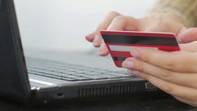 Kvinna som direktanslutet shoppar på bärbara datorn med kreditkorten Royaltyfria Bilder