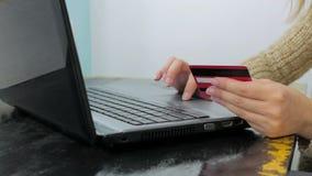Kvinna som direktanslutet shoppar på bärbara datorn med kreditkorten Royaltyfri Foto