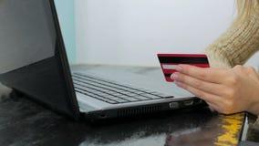 Kvinna som direktanslutet shoppar på bärbara datorn med kreditkorten Arkivfoton