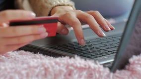 Kvinna som direktanslutet shoppar på bärbara datorn med kreditkorten Royaltyfri Fotografi