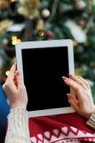 Kvinna som direktanslutet shoppar på den Digital minnestavlan Royaltyfria Bilder