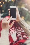 Kvinna som direktanslutet shoppar på smartphonen Arkivfoto